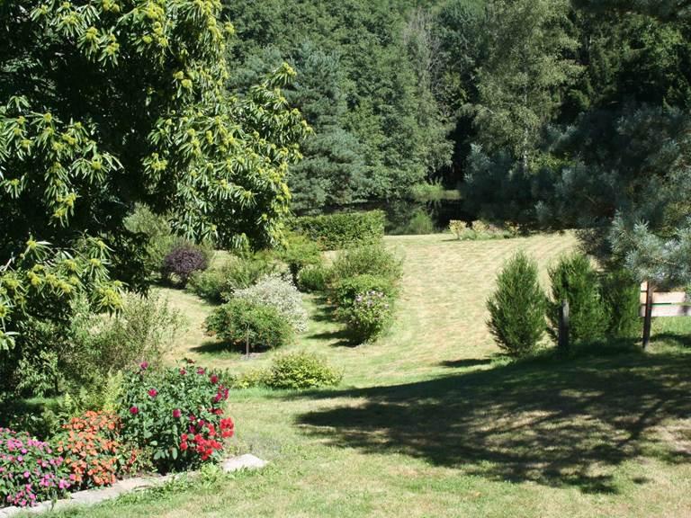 Vue sur le jardin d'agrément et le plan d'eau à partir de la chambre  Printanière »