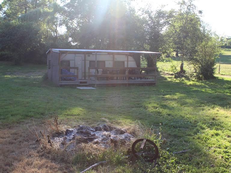 caravane sédentarisée et barbecue la chevauchée en creuse camping