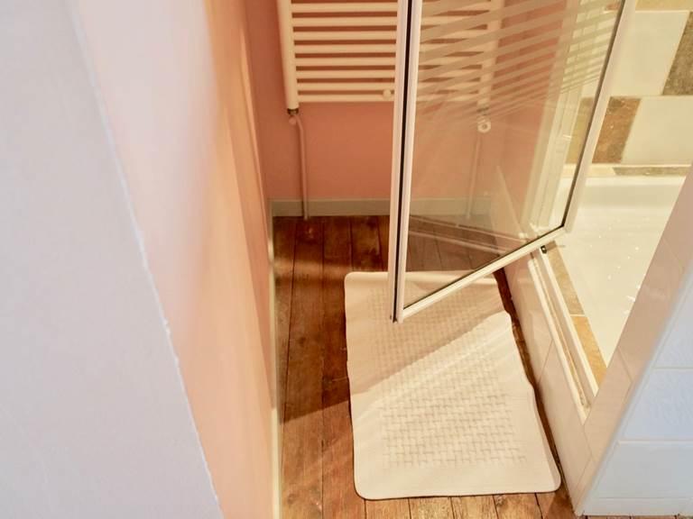 La douche de la chambre d'hôtes Verveine à la Rougeanne à Carcassonne, Canal du Midi en Pays Cathare