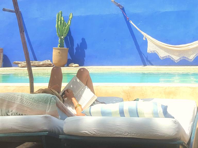 riad baoussala - lecture à la piscine