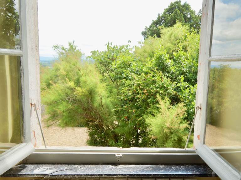 Vue sur le jardin depuis la chambre d'hôtes Verveine à la Rougeanne à Carcassonne, Canal du Midi en Pays Cathare
