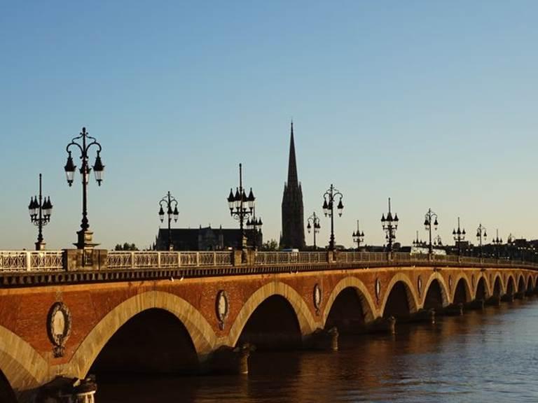 Une magnifique excursion privatisée en famille pour découvrir l'histoire à travers la découverte des ponts de Bordeaux