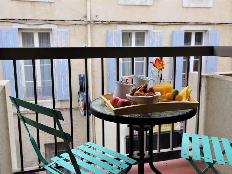 Balcon avec table et chaises