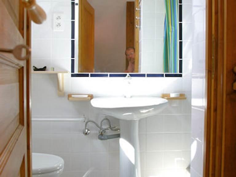 Deuxième salle de bains avec douche et WC