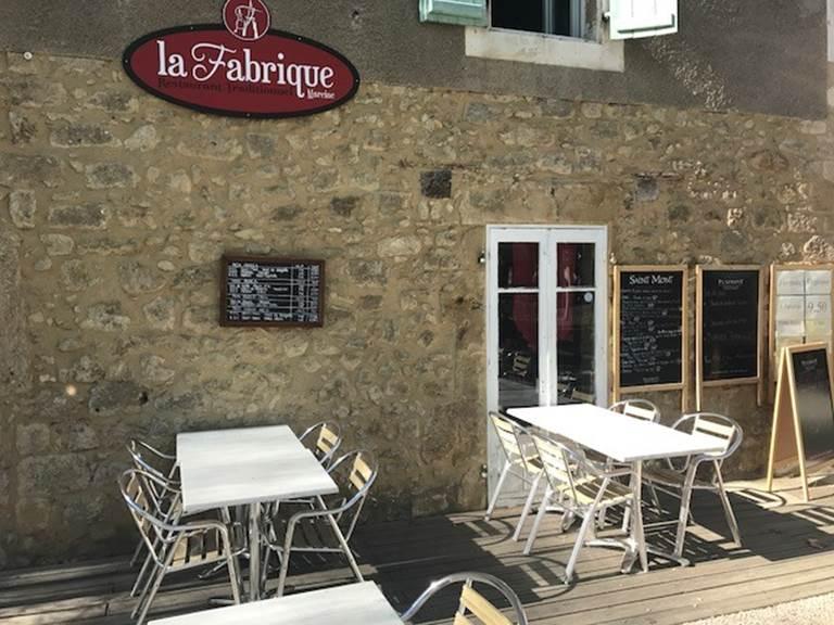 La Fabrique, restaurant bistrot à Marciac, et sa terrasse sous les arbres du chemin de ronde