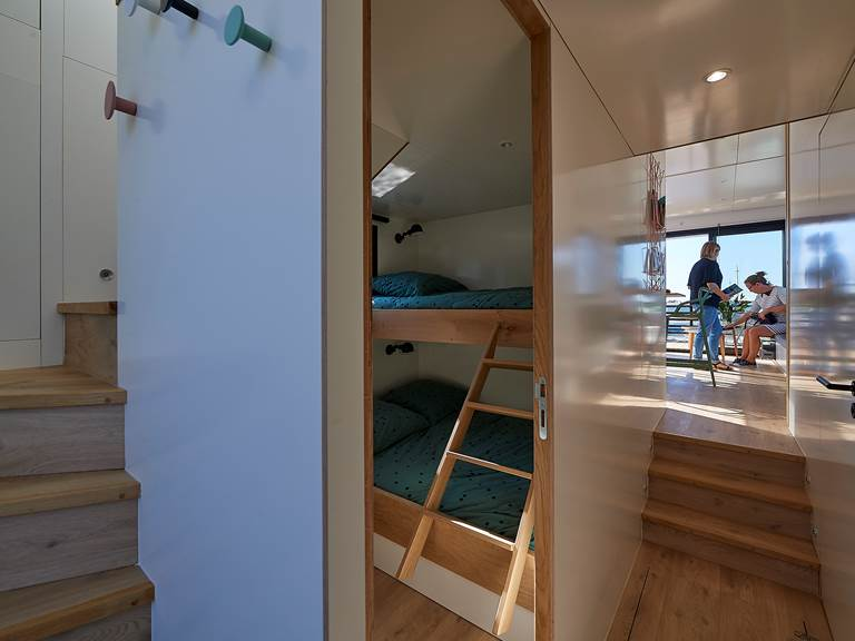 Lodge boat Fleur d'Ô - couloir ©Y. Zedda