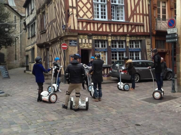Pilotes en visite vieux Rennes , rue du Chapitre. 122017