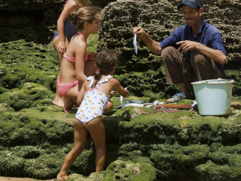 riad Baoussala - plage iftane, les enfants et le pêcheur