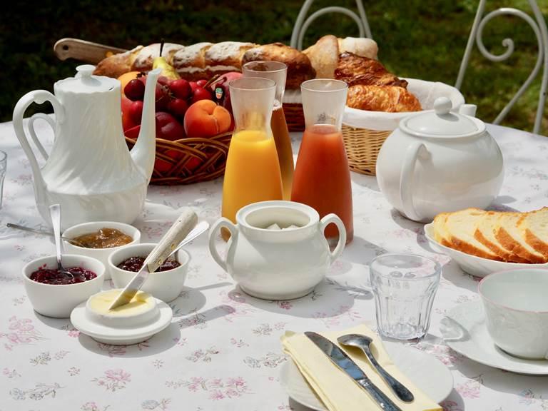 Petit déjeuner continental aux chambres d'hôtes la Rougeanne près de Carcassonne dans l'Aude