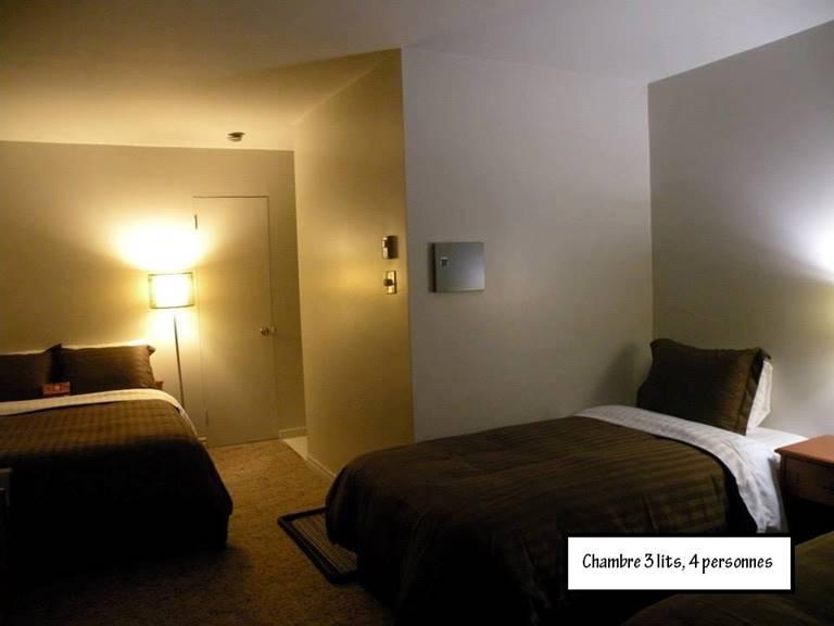 un lit double et 2 lits simples