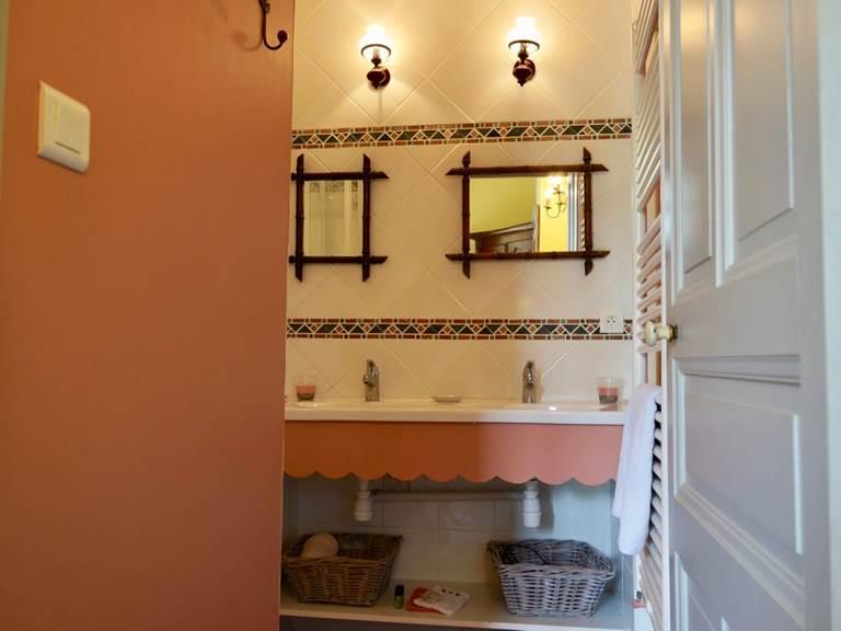 Salle de bain avec douche dans la chambre tomette aux chambres d'hôtes la Rougeanne près de Carcassonne dans l'Aude