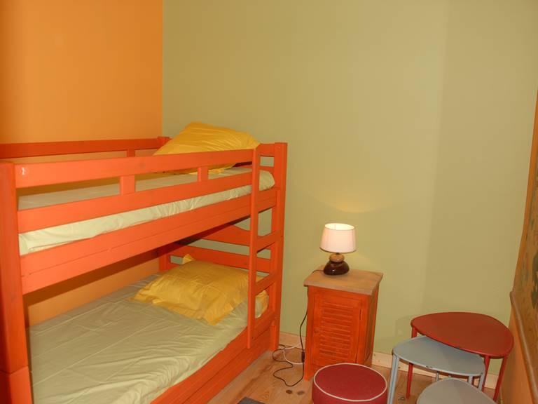 La chambre des enfants avec un lit superposé et un lit simple en dessous
