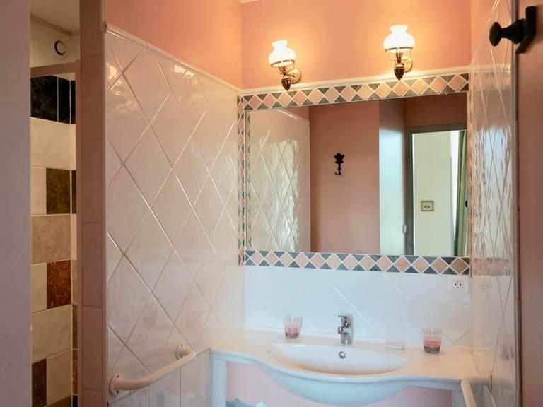 La salle de bain de la chambre d'hôtes Verveine à la Rougeanne à Carcassonne, Canal du Midi en Pays Cathare