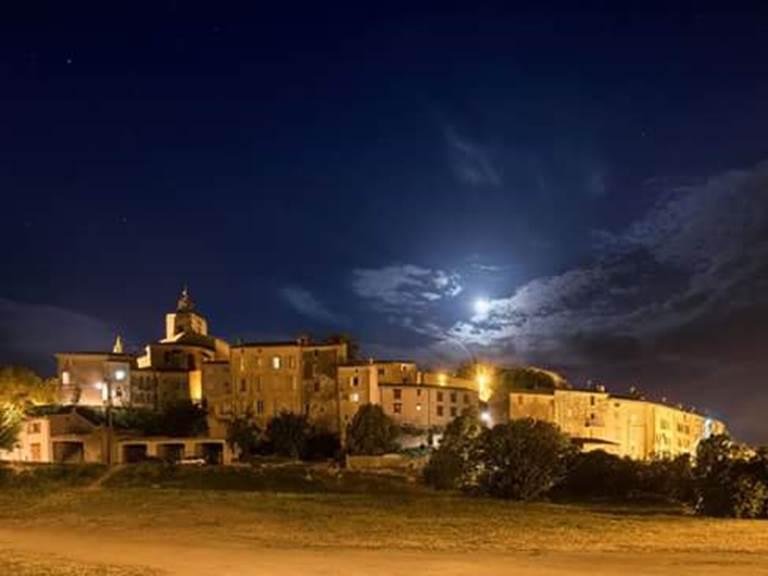 Flayosc by night village perché provence var