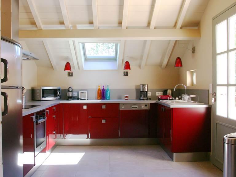 Cuisine spacieuse et raffinée équipée d'appareils ménagers de luxe
