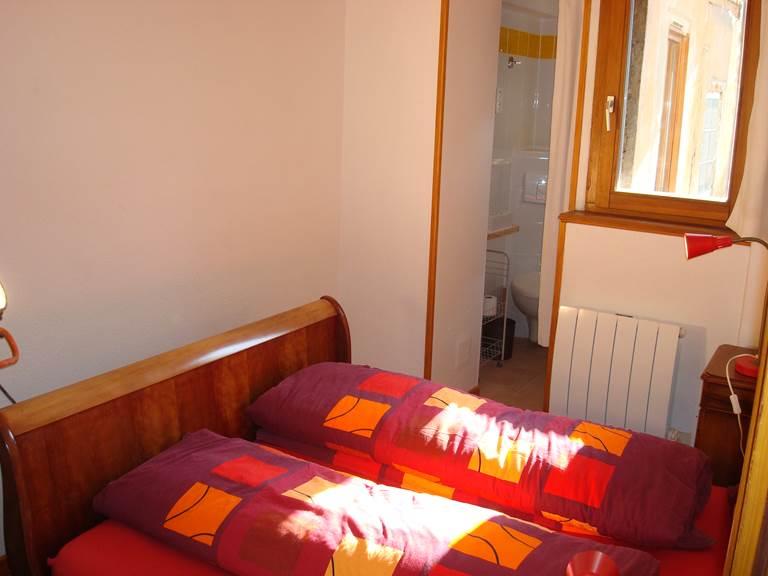 Chambre 2 avec salle d'eau en-suite