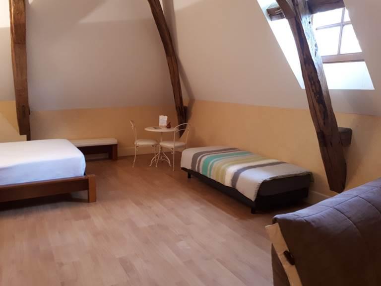 Le lit pour une personne, confortable et avec couette