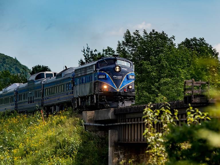Train Orford Express sur le pont d'Eastman