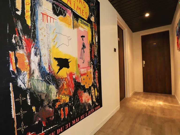 Couloir avec affiche Feria de Nîmes