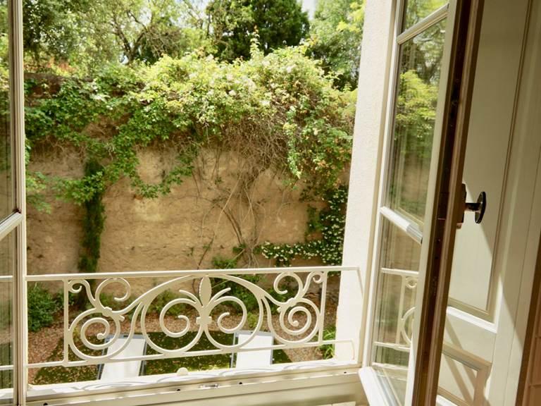 vue sur le jardin clos chambre romantique des chambres d'hôtes la Rougeanne près de Carcassonne