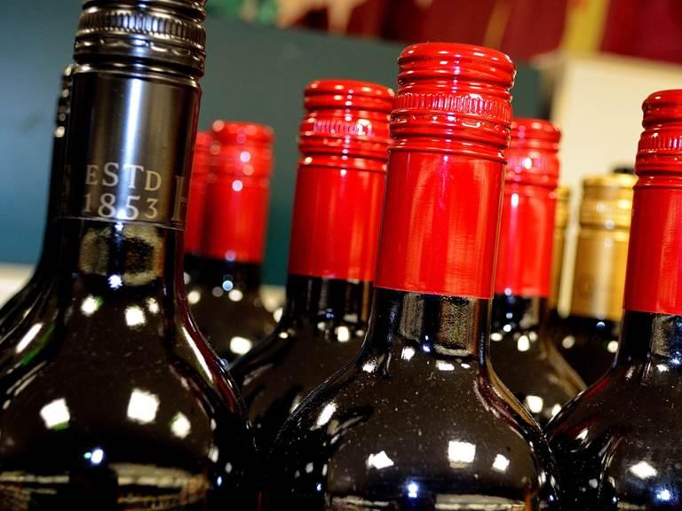 bouteilles-de-vin-boissons-alcoolise´es-images-photos-libres-de-droit-te´le´chargement-gratuit-1560x1034