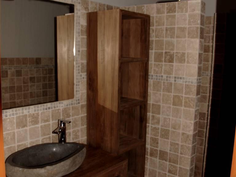 Salle d'eau meuble en teck ,décor minéral