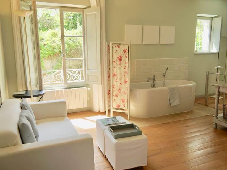 Salle de bain avec baignoire et coin salon aux chambres d'hôtes la Rougeanne près de Carcassonne
