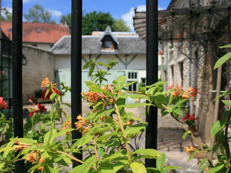 Une entrée fleurie pour les chambres d'hôtes du Vexin