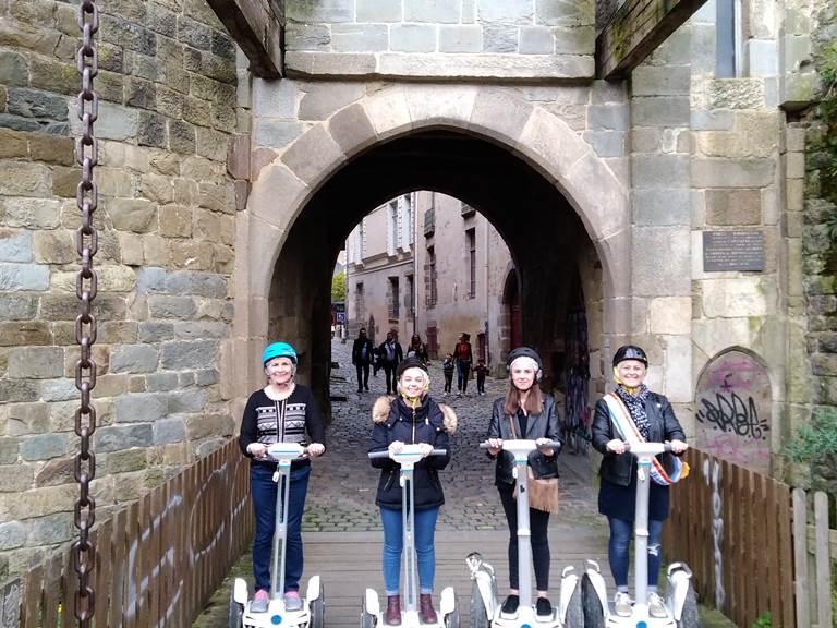 Equipe sur pont levis des portes Mordelaises