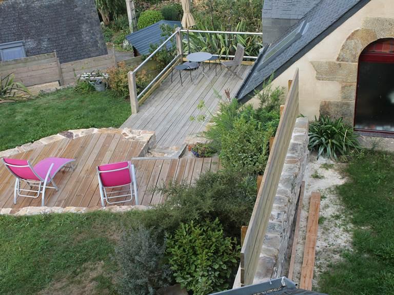 Le jardin dispose de deux terrasse à niveaux différents et protégés par des claustras... Vous êtes vraiment chez vous