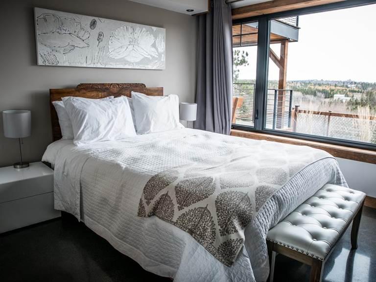 Grand lit double avec vue sur le Fjord