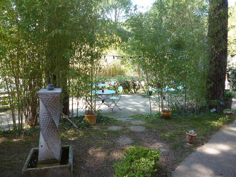 La grande terrasse face à la piscine