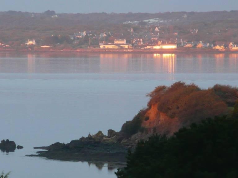 Gouelet-ker, les eaux calme de la pointe chateau soleil levant