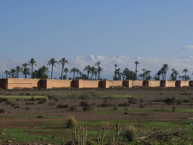 Atlas enneigé derrière les remparts de Marrakech