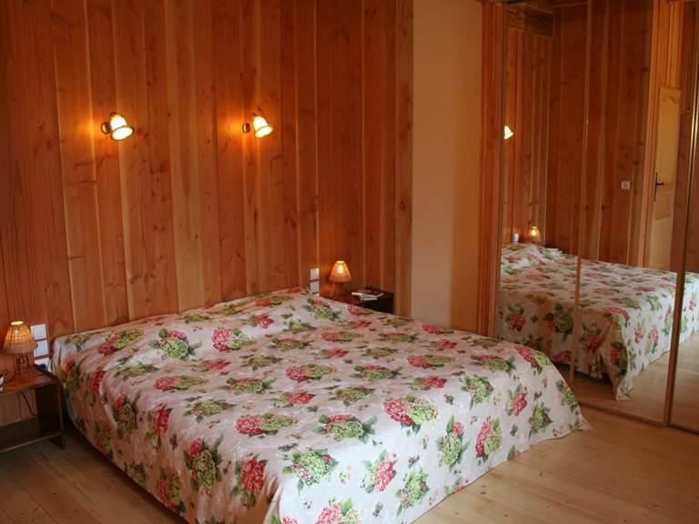 Chambre d'hôtes Printanière lit de 180x190, penderie, douche et WC séparés, espace salon