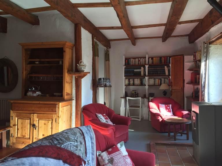 Le salon avec le poêle à bois écologique.
