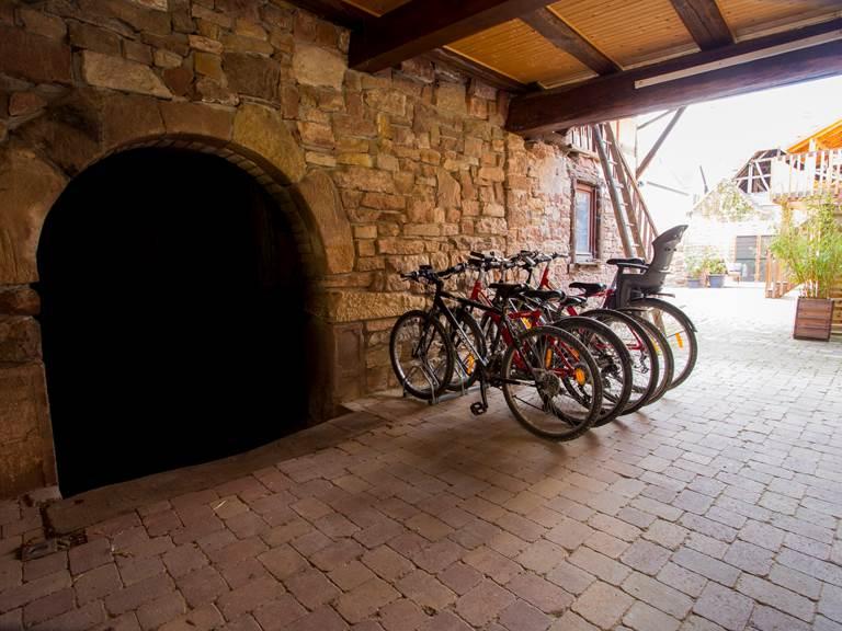 Le préau et les vélos