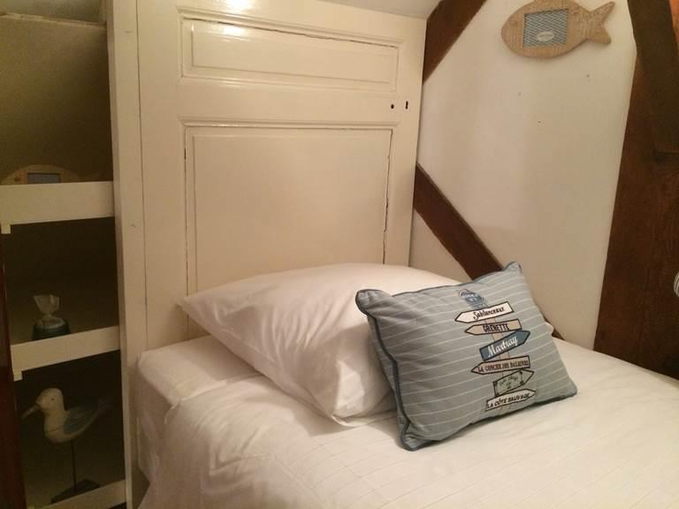 lit simple pour enfant sur la mezzanine