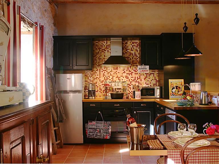 La cuisine d'Alice, au look rétro, mobilier chiné dans les brocantes