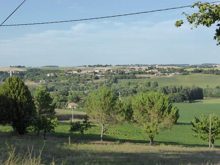 Saint Roch chambres d'hôtes le village de Tournecoupe depuis la colline voisine.jpg