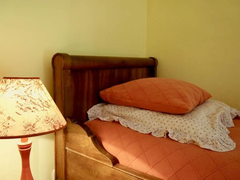 chambre familiale tomette avec lits enfants en mezzanine aux chambres d'hôtes la Rougeanne près de Carcassonne dans l'Aude
