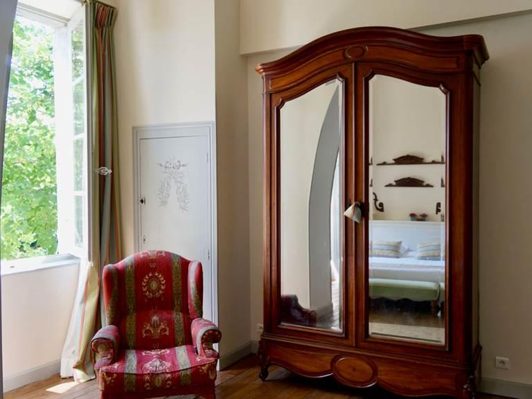 Le mobilier de la chambre d'hôtes Verveine à la Rougeanne à Carcassonne, Canal du Midi en Pays Cathare