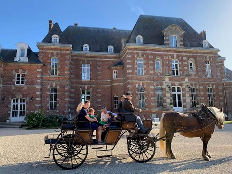 Calèche dans la cour du Château d'Auteuil