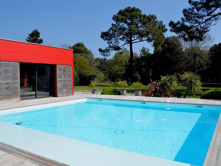 La piscine de 8 x 8 mètres est chauffée par énergie solaire