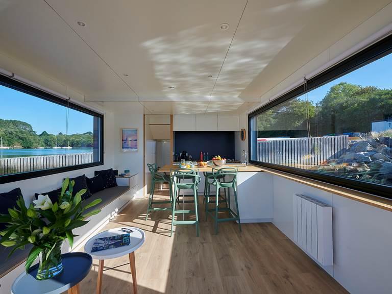 Lodge boat Fleur d'Ô - espace salon ©Y. Zedda