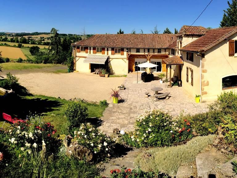 Vue d'ensemble de la maison avec les Pyrénées en fond