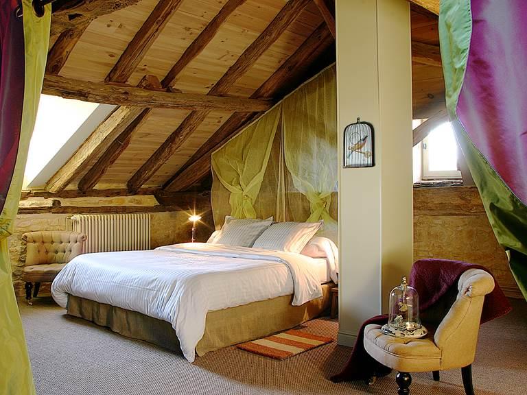 Bel espace de la chambre sous l'authentique charpente datant du 18ème siècle