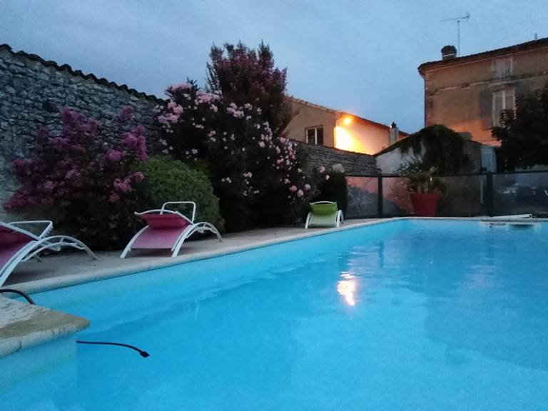 Vue piscine tombée de la nuit