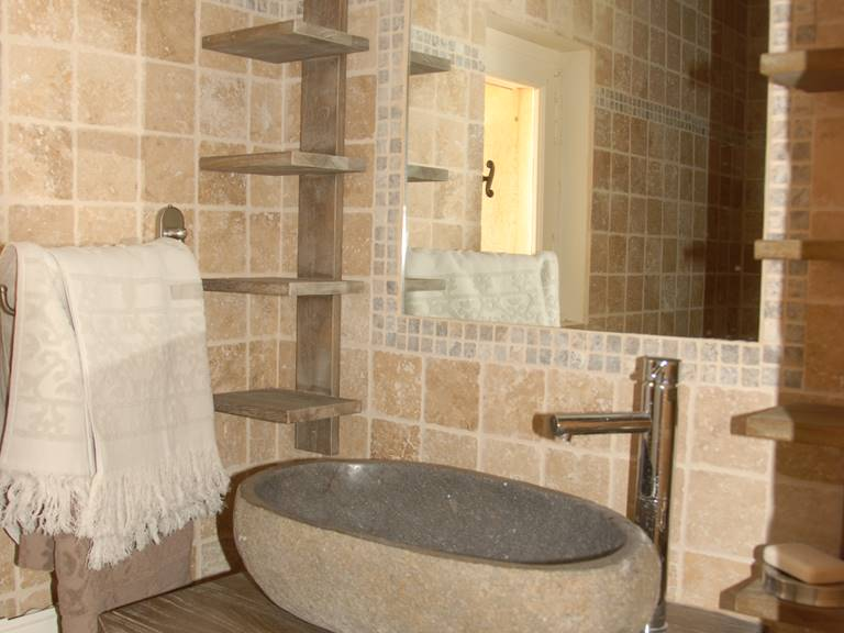 Coin salle d'eau avec décor minéral
