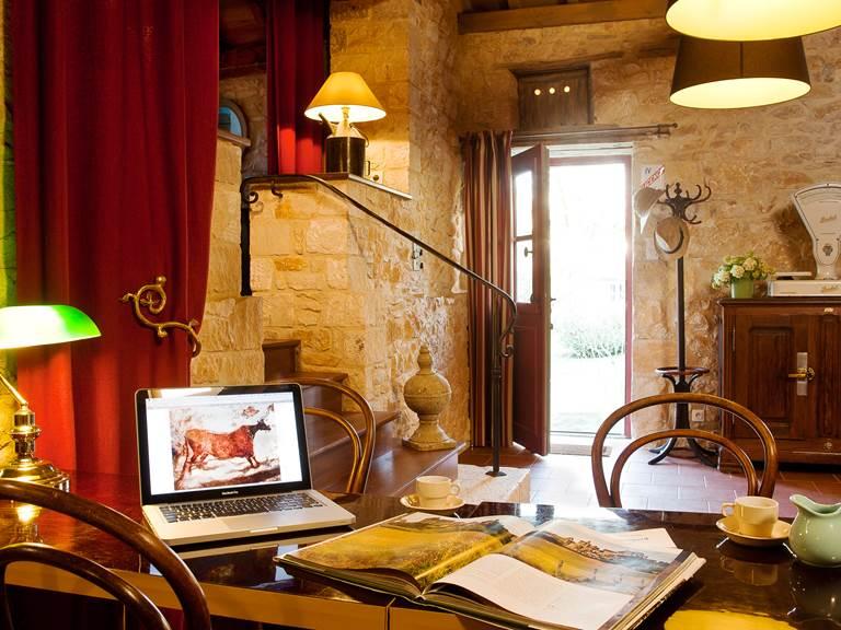 Table et chaises de bistrot pour un coin bureau inspirant, avec Wifi gratuit